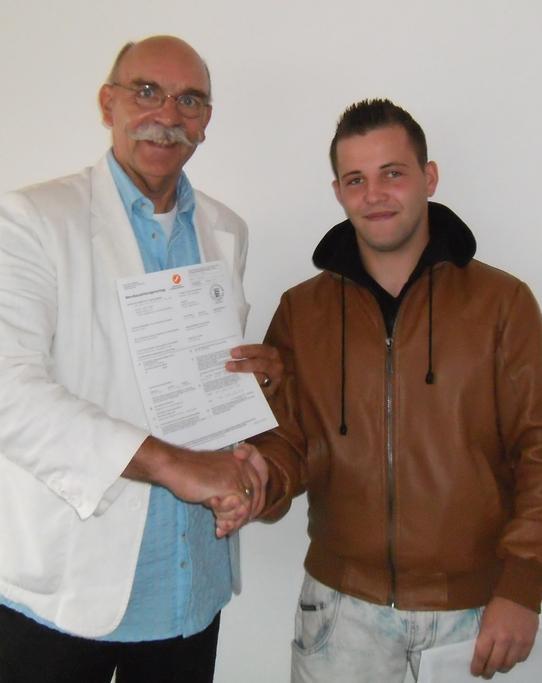 blog-christopher-oberst-unterschreibt-den-lehrvertrag-bei-malerdeck-2.JPG