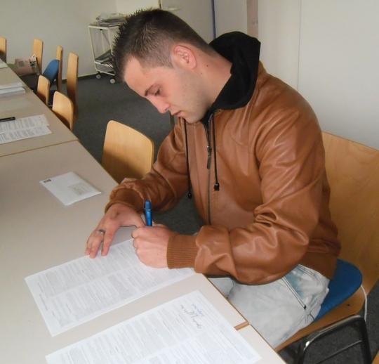 blog-christopher-oberst-unterschreibt-den-lehrvertrag-bei-malerdeck1.JPG