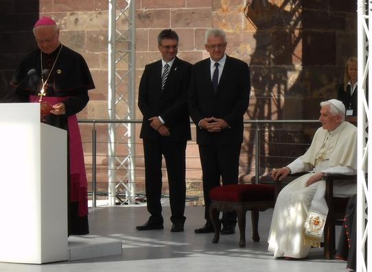 der-freiburger-erzbischof-robert-zollitsch-begrust-den-papst.jpg
